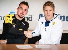 Her signerer Marius Mikkelsen to nye år med Os Fotball. FOTO: Os Fotball